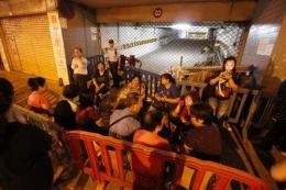 善豐兩周年,幾十名小業在大廈門口舉行燭光集會,要政府代打官司追討建築商責任。