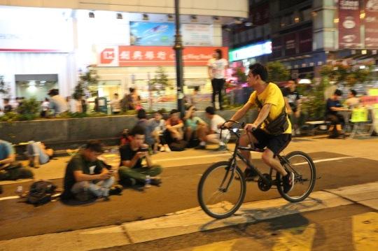 在彌敦道自由自在踩單車