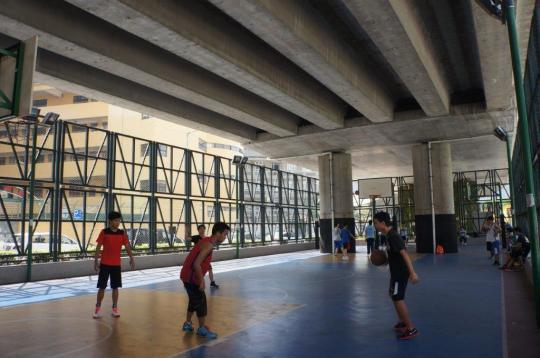 天橋底下的籃球場