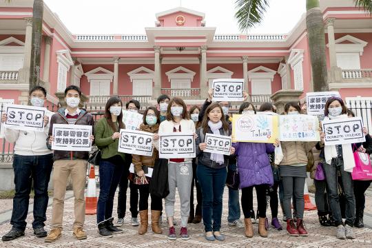 家暴法關注組成員抗議,要求政府重新審視立法爭向。