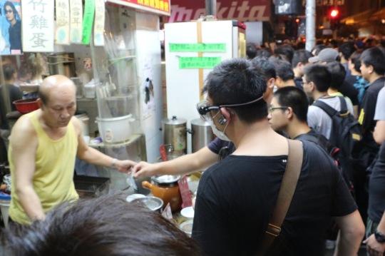 老伯照賣涼茶,懶理周邊有過千人聲討懷疑打學生的警察