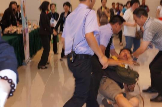 《愛瞞傳媒》記者在澳大畢業禮採訪期間,被多名保安人員無理阻撓、粗暴拖出場外。