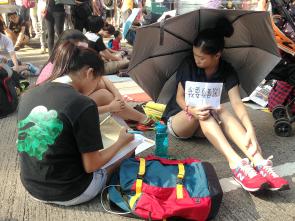 參與雨傘運動的中學生堅持罷課不罷學。