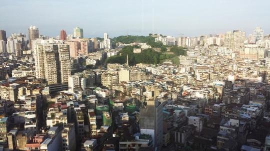 被高樓大廈包圍的大炮山和東望洋山