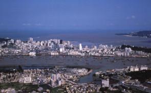 九十年代起多次大型填海,澳門的海岸景觀已面目全非。圖為1987年從灣仔山遠眺澳門 (圖片提供:陳永漢)