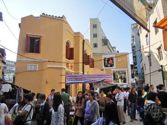 女媧廟旁邊開設了衣服店,而購物商店在歷史城區可謂無處不在。