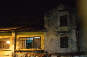 每扇窗戶裡頭,都有一個貧窮家庭的故事。