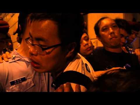 遊行參與者試圖越過警方防線不果,與警員推撞。(網絡圖片)