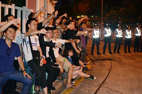「倒陳遊行」當晚,警方封山,參與者在防線前合照。(網絡圖片)