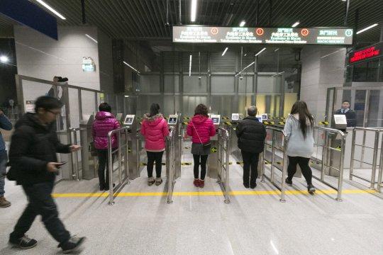 踏入凌晨零時,有青洲居民專程到跨工區口岸體驗。