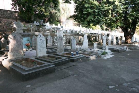 嚤囉園中,有一座伊斯蘭墳場。