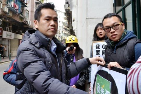 學社成員遞信期間欲展示標語,卻被一名自稱政總保安中心人員阻止。