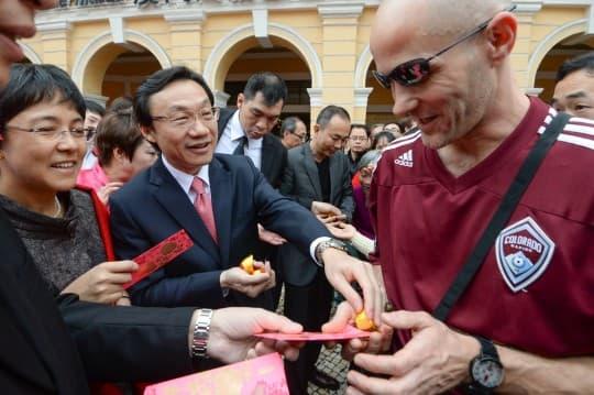 譚俊榮:澳門歡迎旅客,自由行是好政策,但不停湧入「再啃都啃唔落」。