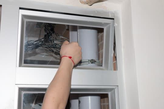 蘇先生單位客廳的氣窗被水管阻擋,無法正常開啟。
