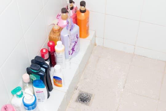 蘇先生的淋浴間的水嚨頭位置太貼近牆壁,水先流到台階令水花四濺,無法直接流到去水位。