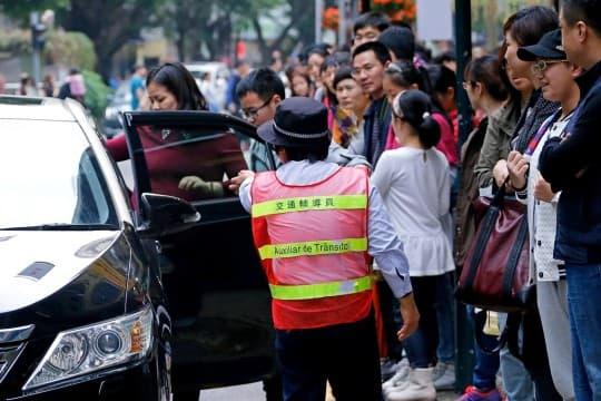 每當到達入境高峰期,旅客及市民迫巴士、等的士的情況經常發生。