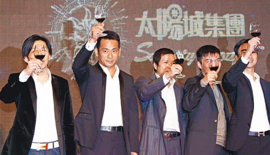 周焯華(左二);圖片來源:網絡