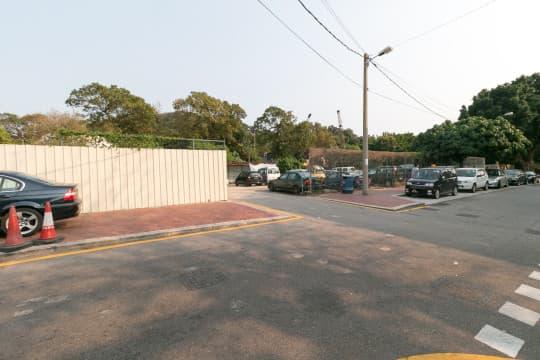 上年六月被發現有遺跡的土地,部分已被解封,被用作停車場。