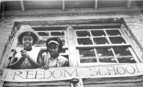 在自由之夏運動中,志工在密西西比成立自由學校(Freedom School),為黑人提供免費的公民教育。