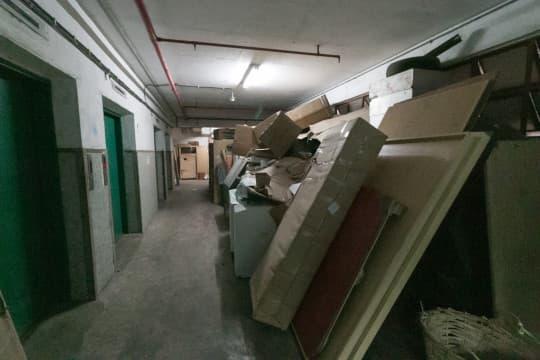 有教會青年中心投訴走廊長年佈滿雜物,但工務局竟回覆要一年才能開出罰單。