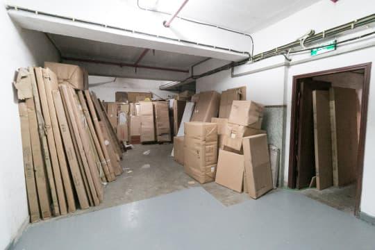 連後樓梯、走廊和公廁也放滿雜物。 (2)