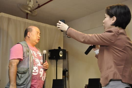 陳健寧稱,當時一名光頭男子在半米內故意用機頭燈照射眼睛。