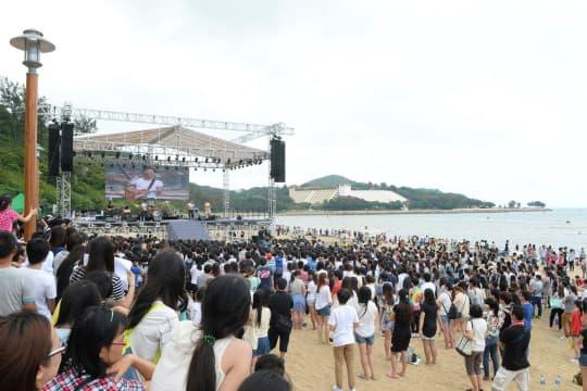 民署今年五一花費四百萬在黑沙海灘舉辦露天音樂會