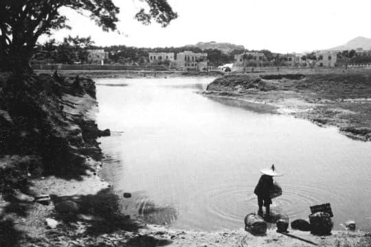 往昔望廈荒地水塘,居民在塘邊洗滌用具