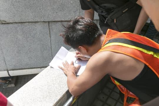 工人正簽署請願信,期望政府能介入事件。