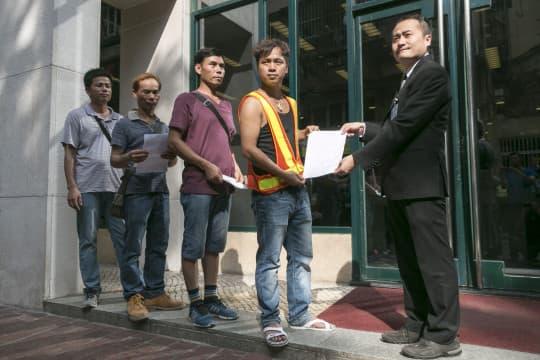 四名工人代表到政府總部遞信