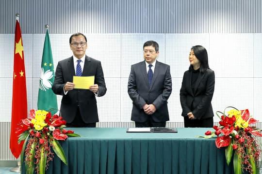 運輸工務司長羅立文(中)表示暫無意將城規獨立成局。左為工務局長李燦烽。