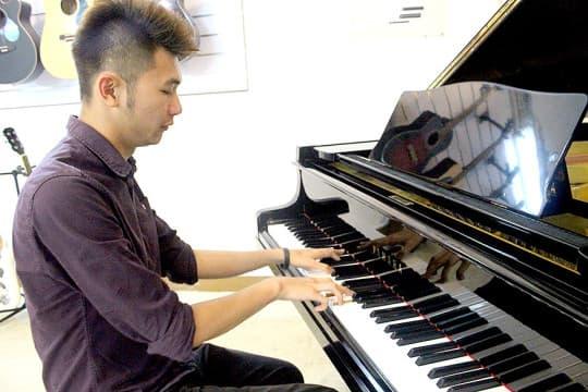 愛古箏也愛彈琴,教琴讓他有能力養活自己,也是心靈的療愈。