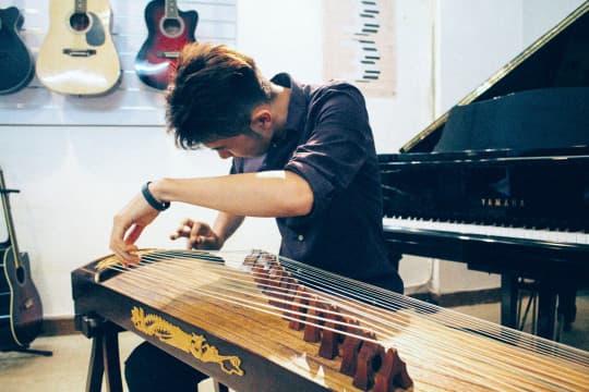 考十級試時導師特意為他選了《林沖夜奔》一曲,相信他能駕馭曲中複雜情感。