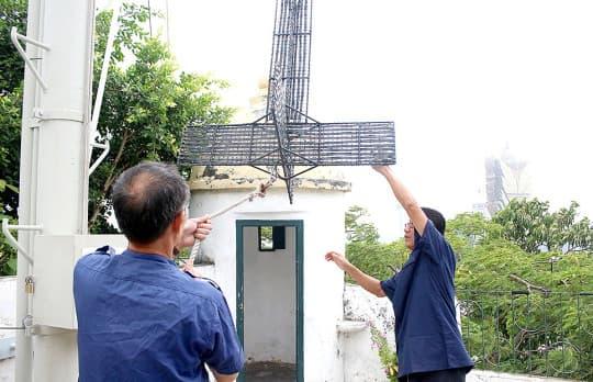 颱風天或吹黑球,工作人員都要趕回來掛起訊號標。