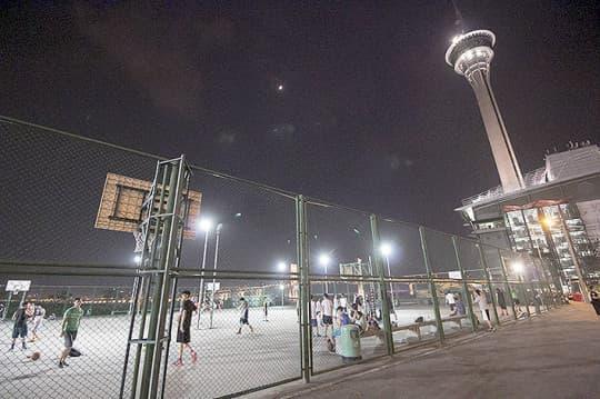 旅遊塔旁的自由波地是少數24小時開放的球場,但只是臨時性質。