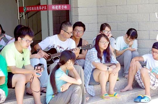 休息時間:聽老師自彈自唱,配合微風,特別動聽