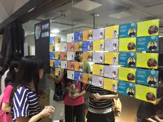 印有參演者的明信片