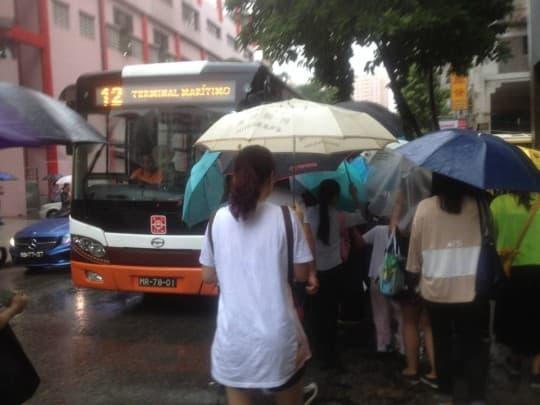 在模擬出行競賽,在祐漢街市巴士站搭巴士的測試者面對擁擠的乘客,剛好碰到第九輛12號空車才勉強上到。