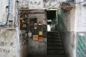 樓梯間牆壁退灰、鋼筋外樓,老舊痕跡隨處可見。