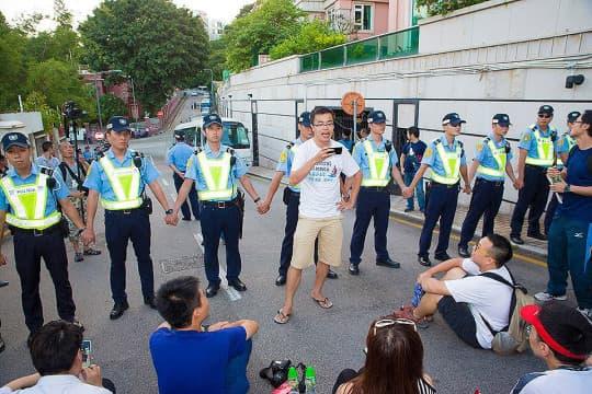 630倒陳大遊行後示威者欲步行上西望洋花園,與警方在現場對峙。