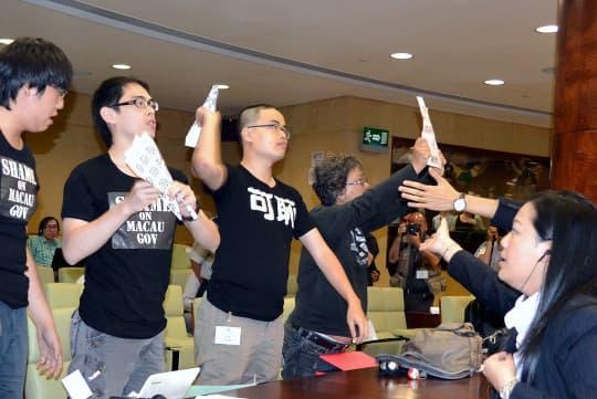 2012年政改,鄭明軒等人在立法會擲出印有「臭+2+2」諷刺語句的紙飛機。