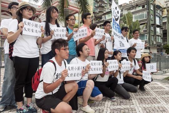 去年8月「民間公投」被釋放後,鄭明軒與義工們抗議小圈子選舉。
