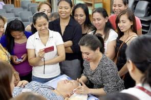 身體按摩課程後,接著便是臉部護理課程。