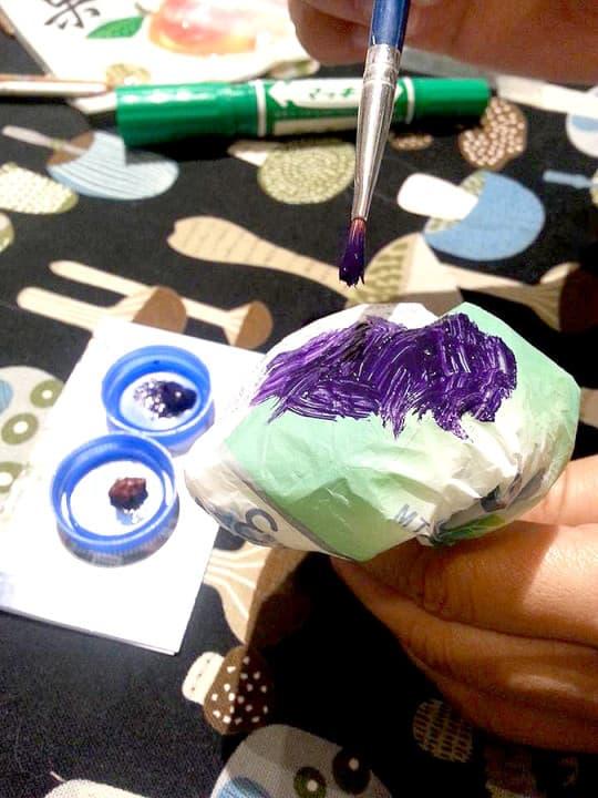 04. 塗上喜愛的顏色, 若喜歡色彩鮮豔的<塑蘑菇>,可以用丙烯上色,順便利用樽蓋作為調色小物!