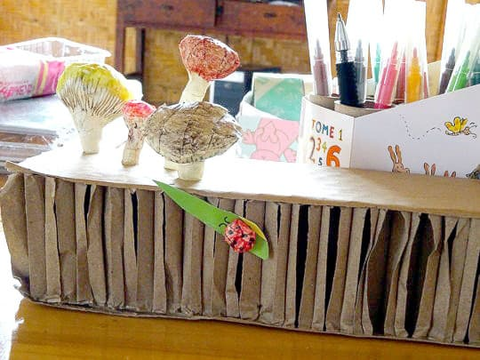 Hope在今年七月去雲南援建圖書館的時候與當地小孩一起完成的蘑菇筆架