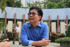環境衛生及執照部部長馮惠星為傳媒講解澳門殯葬服務的發展現況。