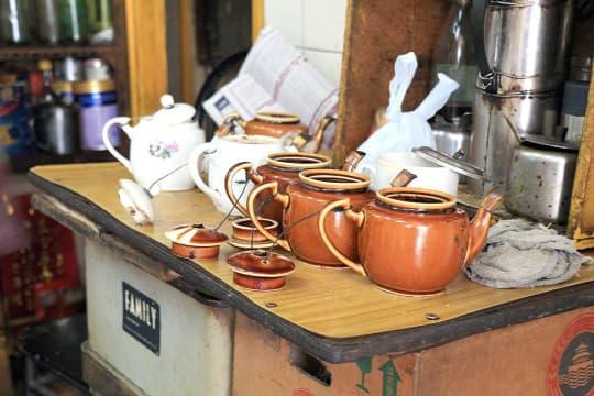咖啡室仍然使用並式的瓷壺沖茶,瓦煲煮咖啡,極具風味。