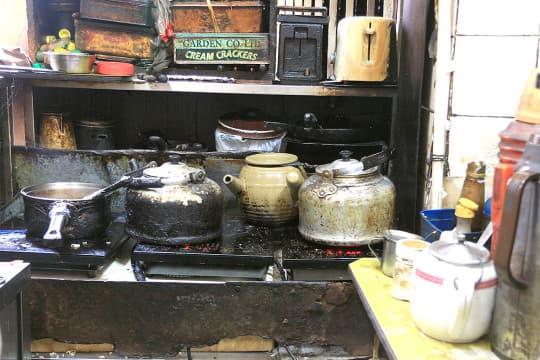 昔日的炭爐已改成電爐,但老闆鑽研後,煮出來的咖啡味道差異不大。