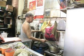 老闆說每次只能煮四到五杯咖啡,而且保溫很重要。