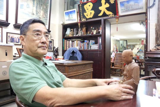 曾老闆拆開神像,介紹背後複雜的製作過程。